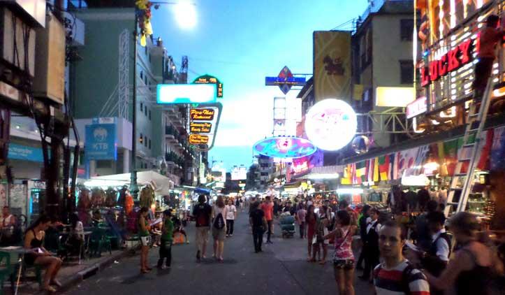 Khao San Road, a rua dos mochileiros em Bangkok