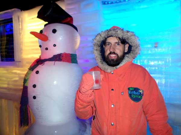 Segurando o copo de gelo ao lado do meu amigo boneco de neve