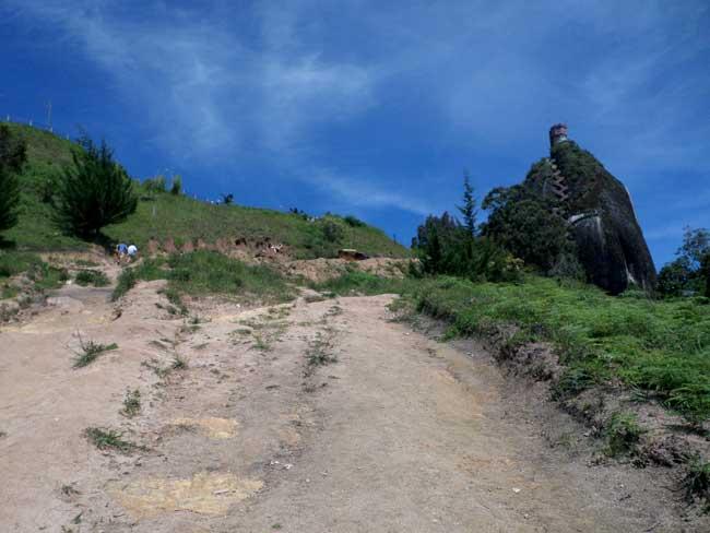 Caminho do ponto do ônibus ao Peñol de Guatapé