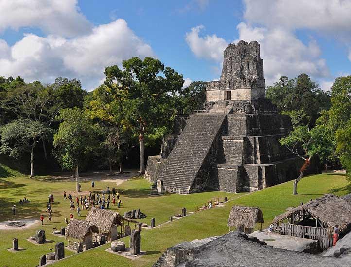 templo II piramide maia tikal guatemala