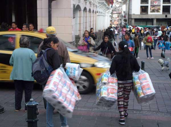 ambulantes no centro histórico de quito equador