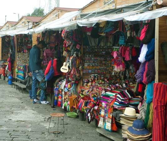 feirinha vendendo artesanato equatoriano