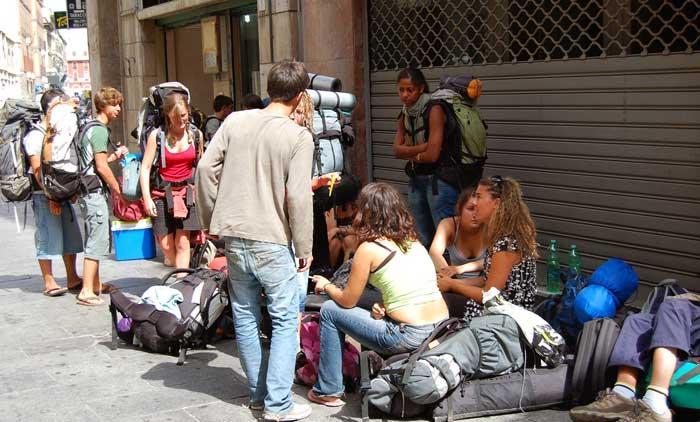 mochileiros viajando e conversando na rua