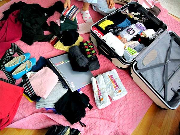 mala aberta com roupas de viagem