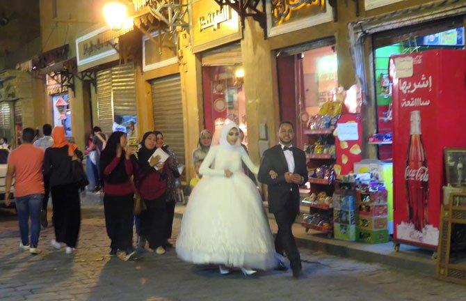 noivos egpcios passeando por cairo