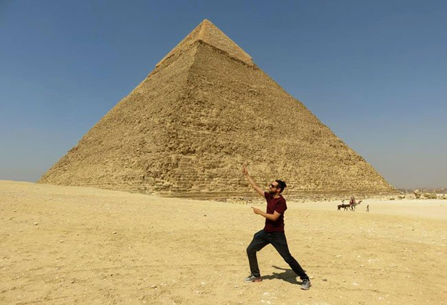 pose divertida na Pirâmide de Quéfren
