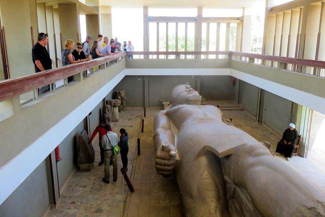 Estátua de ramsés no Museu de Memphis