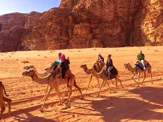 passeio de camelo no deserto