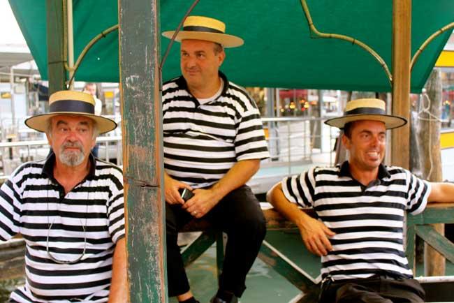 Gondoleiros veneza com roupa tipica