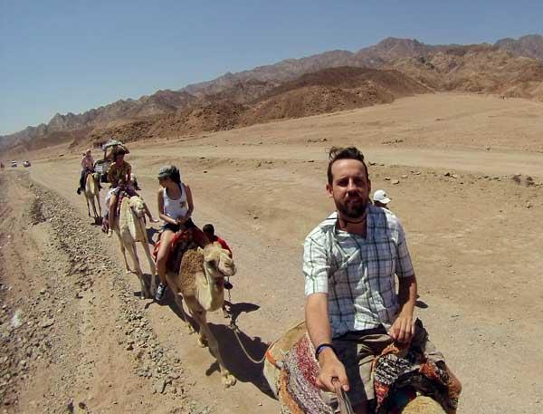 andando de camelo sharm sheikh egito