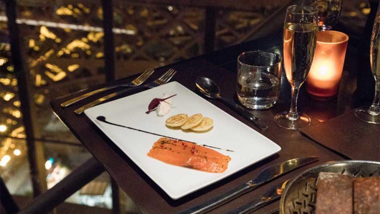 Os Românticos E Caros Restaurantes Na Torre Eiffel Abrace O Mundo