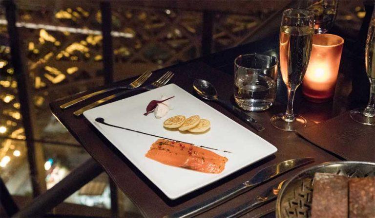 Os românticos e caros restaurantes na Torre Eiffel