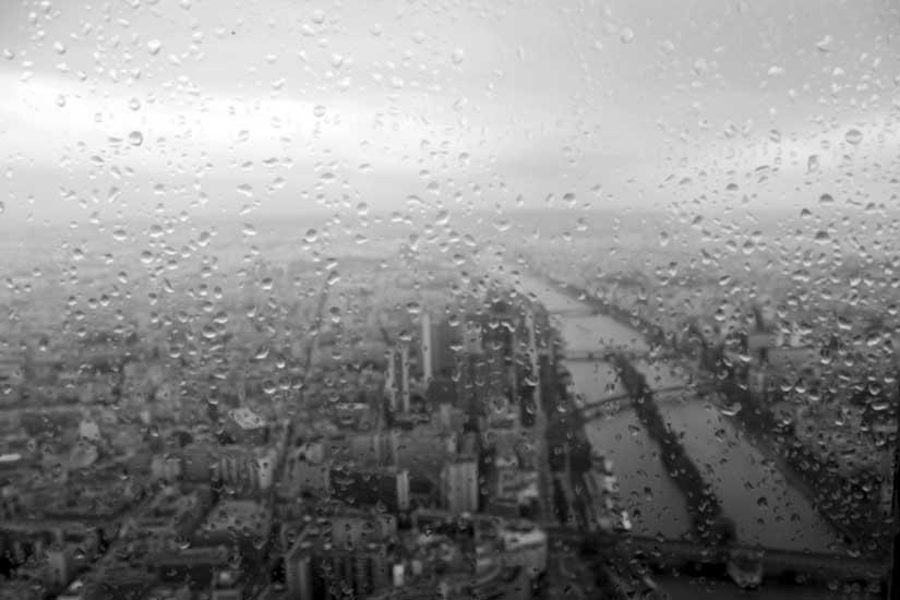 visão alto torre eiffel chuva