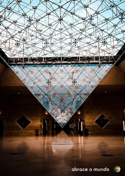piramide invertida museu do louvre